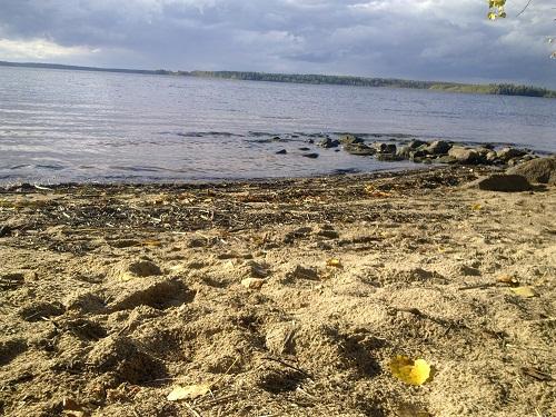 Песчаный пляж на озере